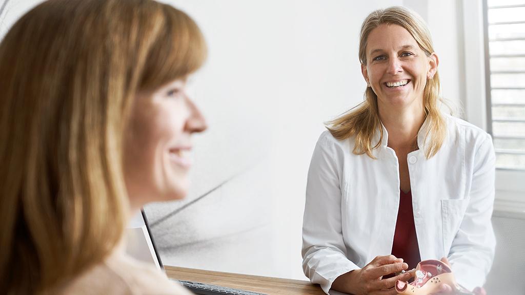 Frauenärztin Sarah Brunnenkant im Patientengespräch